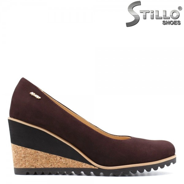 Pantofi pe platforma din corc, din nabuc natural bordo - 29511