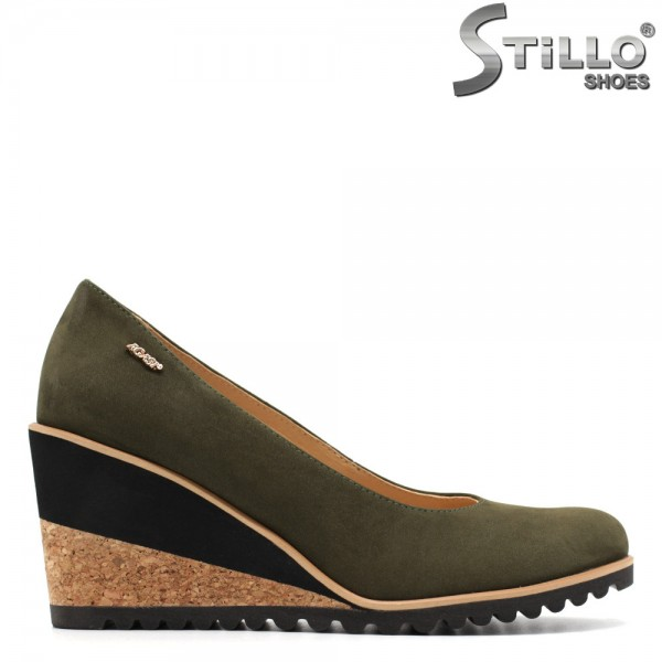Pantofi de dama din nabuc natural verde, pe platforma de pluta - 29513