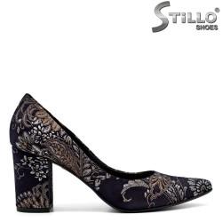 Pantofi ascuțiți din velur cu motive florale - 31222