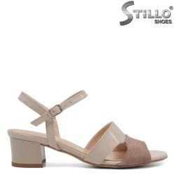 Sandale dama cu toc mijlociu de culoare bej din lac natural - 33058