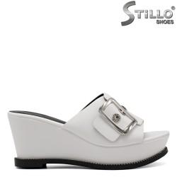 Papuci dama de culoare alb pe platforma si cu pietricele - 33219